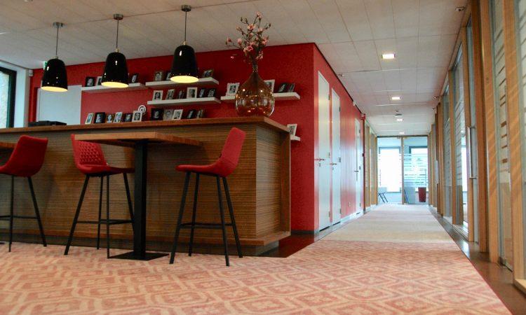I.D. Kleurrijk kantoor hal rood